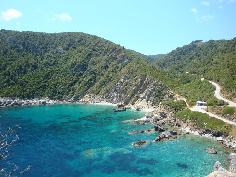06. Вид сверху на пляж Агиос Иоаннис - Пляж находится справа от ступеней к церкви «Мамма Миа».