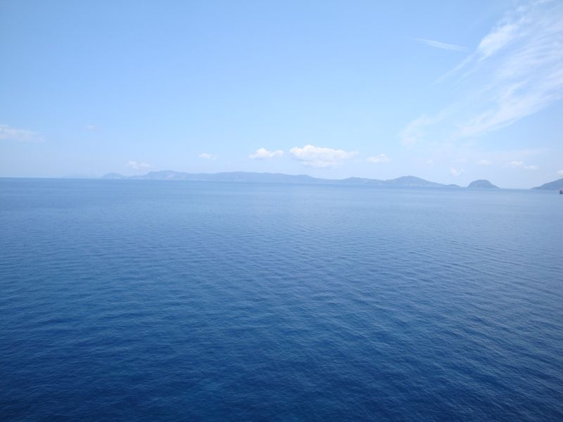 11. Яркая синева моря -