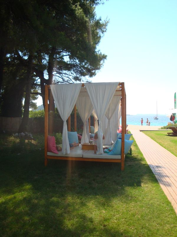 24. Удобные диванчики на пляже Кастани (Καστάνη) -