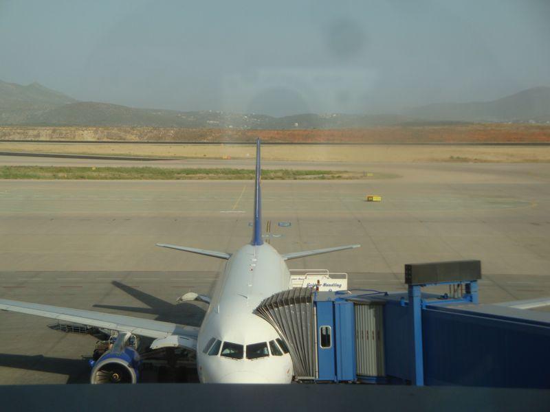 001. Цветные полосы пейзажа в Афинском аэропорту -