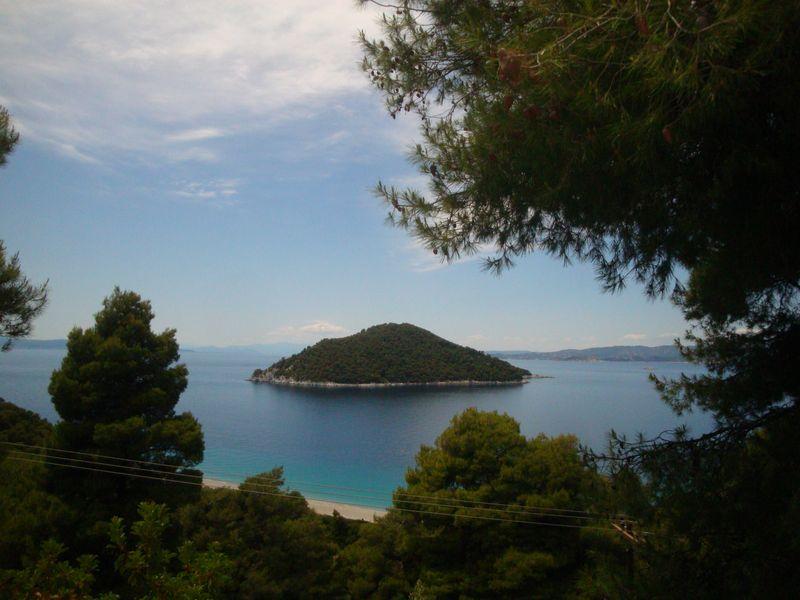 004. Зеленый остров Дасия (Δασειά) и пляж Милья (Μηλιά) -