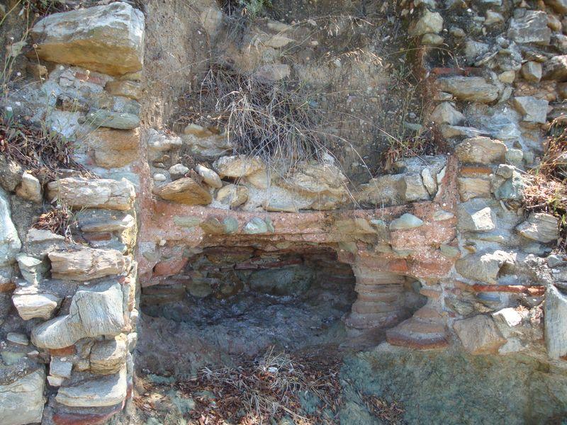 008. Развалины римских бань Селинуса - Около Лутраки (Λουτράκι) сохранились остатки римских бань, которые объясняют название «Лутраки» – место для купания.