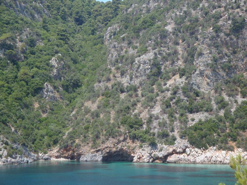 023. Пещера в бухте Лимнонари (Λιμνονάρι) -