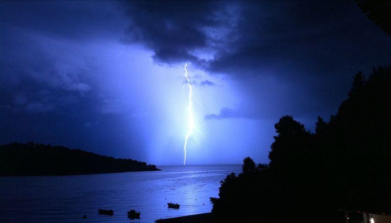 036. Сверкающая молния над бухтой Панормос - Πάνορμος