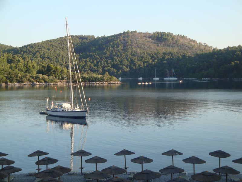 043. Яхта в бухте Панормос (Πάνορμος) -