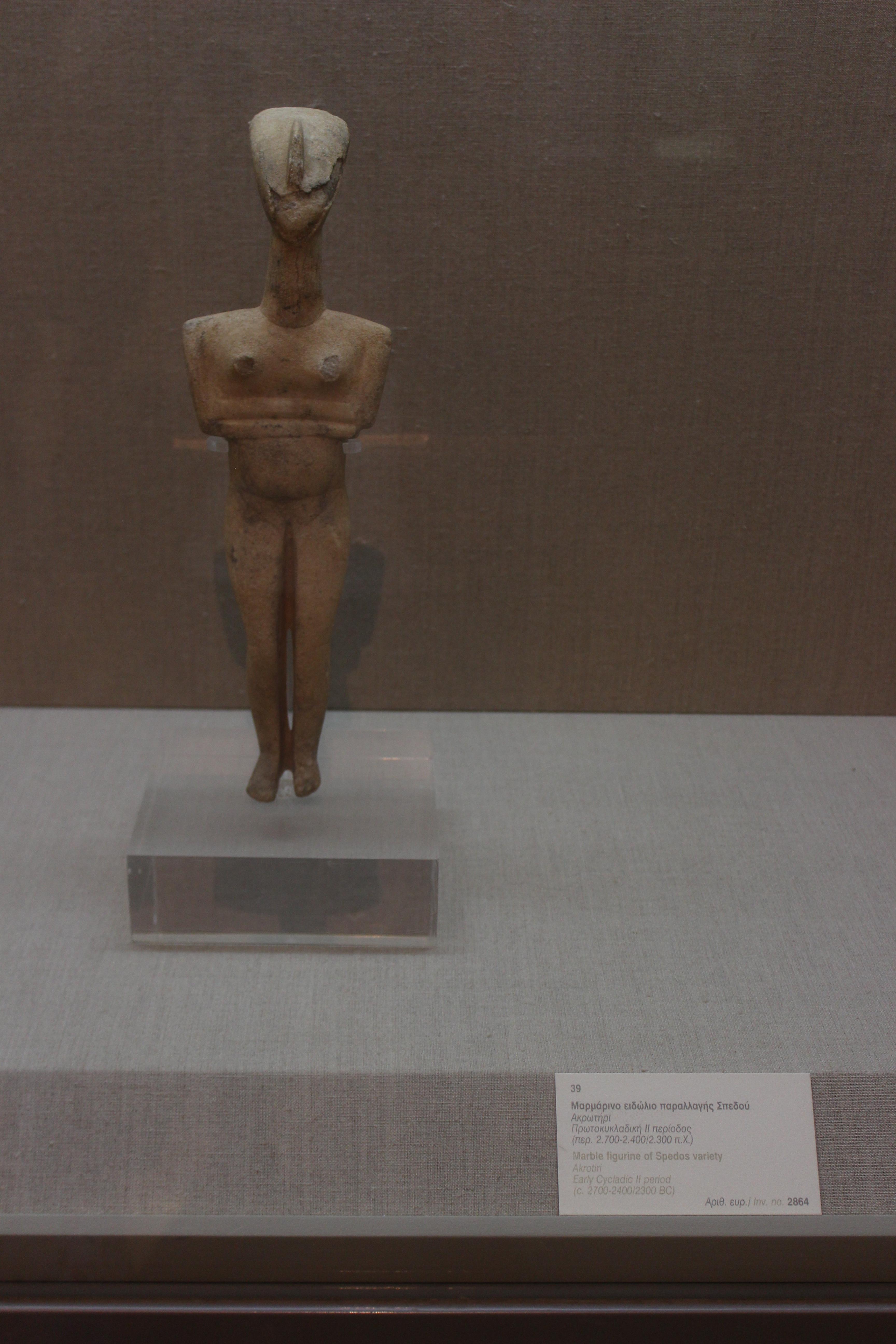 41. Cтатуэтка из мрамора (тип Спедос) - 2700-2400/2300 гг. до н.э., Акротири (Ακρωτήρι). Музей Фиры, Санторини
