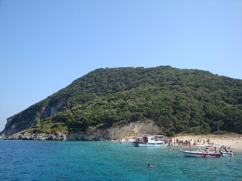 07. Черепаший остров Μαραθονίσι - Высаживаемся на черепашьем острове. У самого берега вода очень красивого изумрудного цвета!