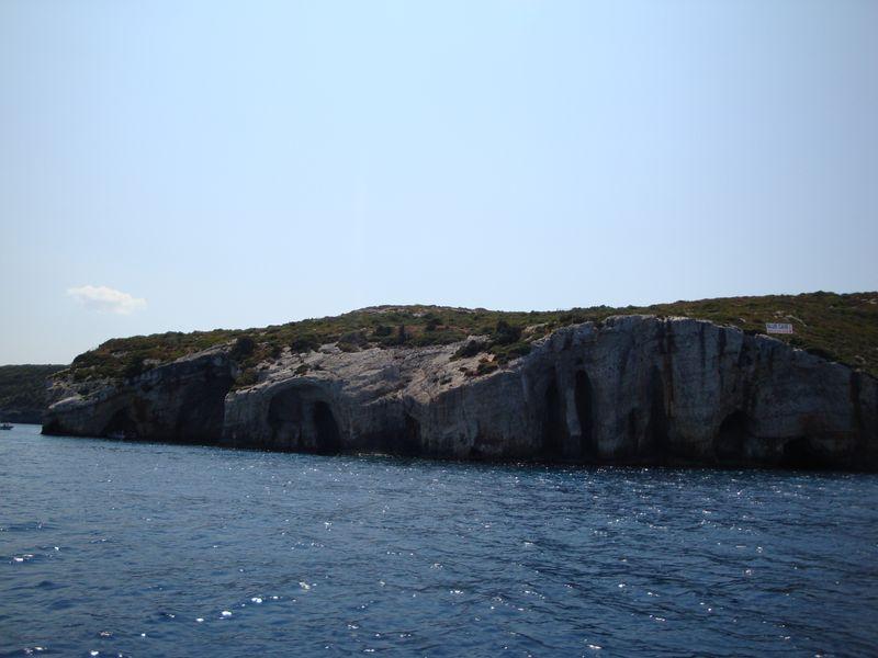 56. Проплываем мимо голубых пещеры (Γαλάζιες Σπηλιές) - Голубые пещеры. Северное побережье острова