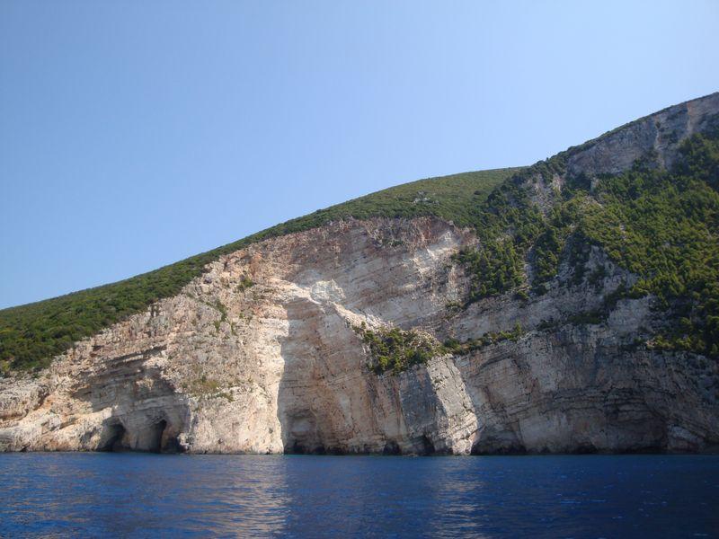 57. Виды побережья - Виды побережья северной части острова, держим курс на северо-запад! Вода насыщенно-синего цвета!