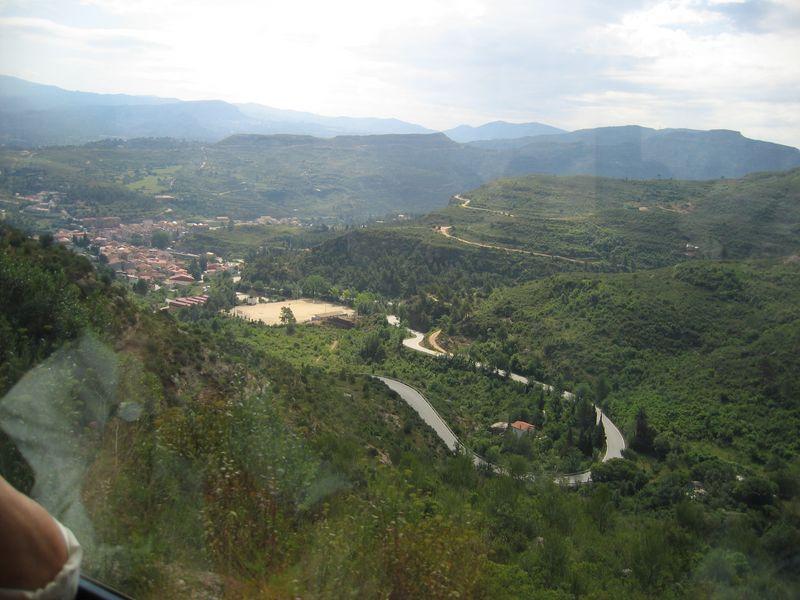 002. Подъем на гору - вид из окна поезда - Поездка на гору Montserrat (Монсеррат)