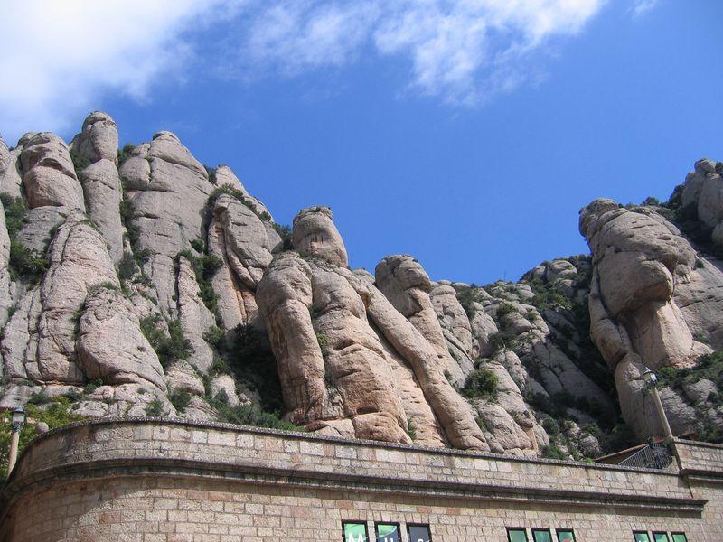 003. Горы из известняка - Наверху на горе Монсеррат, имеющей весьма необычные очертания
