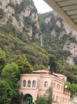 007. Вертикальные рельсы - Перед нами - станция поездов, откуда на вершину горы поезд идет почти вертикально! Присмотритесь, сзади в выемке между склонами видны почти вертикальные рельсы.