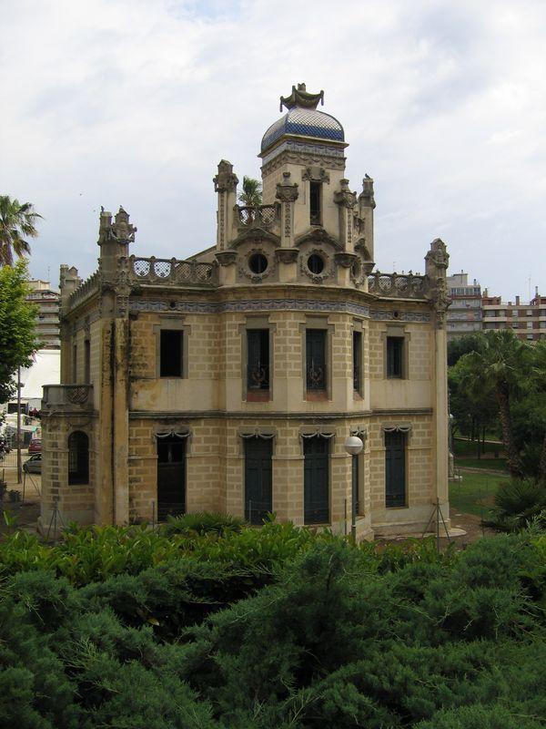 010. Красивое здание - Находится на одной из главных улиц в городке Таррагона
