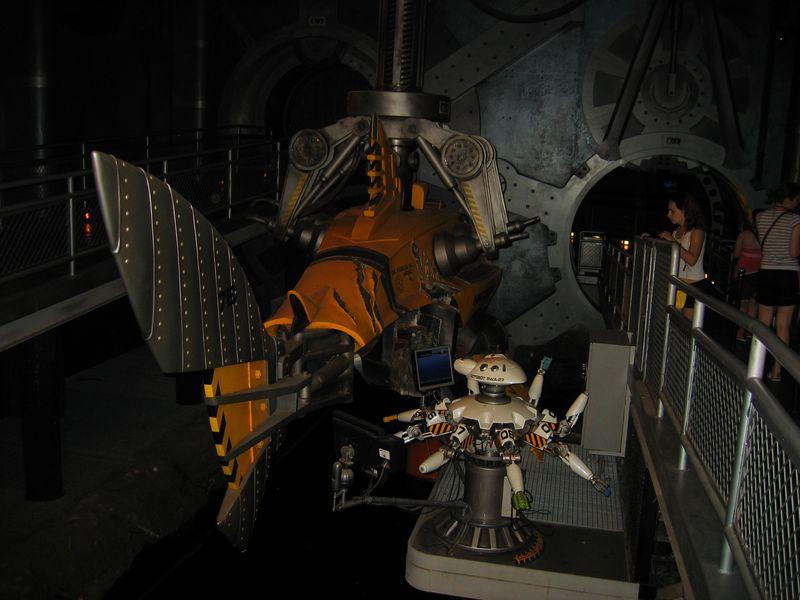 017. Аттракцион «Sea Odyssey» - Этот робот постоянно что-то активно делает