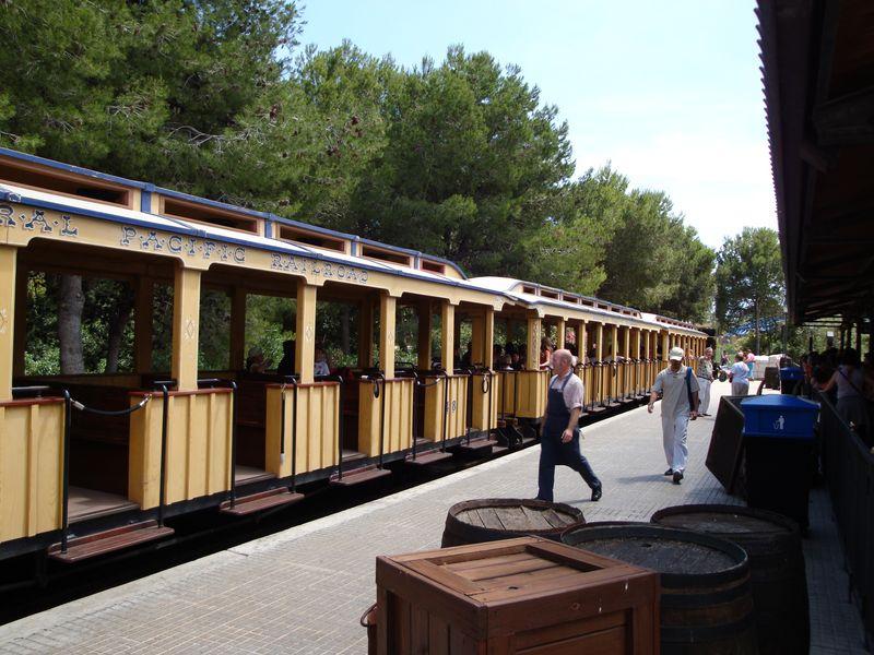 045. Главная станция - Станция, где можно сесть на поезд и отравиться в путешествие по Port Aventura. Поезд курсирует из одной зоны в другую - для тех, кто хочет прокатиться и все осмотреть и еще не любит много ходить.