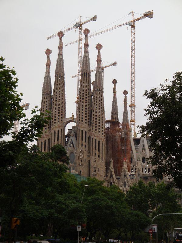 """056. Собор Святого Семейства - Sagrada Familia, Барселона. Пожалуй, самое запомнившееся архитектурное сооружение, оказавшее наиболее сильное впечатление на автора - собор поразил своей необычностью, красотой, огромностью и утонченностью. Особенно поразил вид """"пещеры"""" с другой стороны. Очень """"сильное"""" сооружение."""