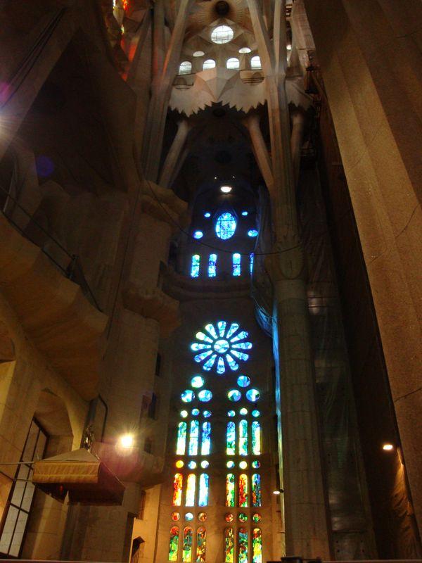 058. Витраж - Потрясающе красивые витражи внутри собора Святого Семейства (Sagrada Familia), Барселона