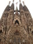 062. Лепнина и шпили - Sagrada Familia или Собор Святого Семейства с другой стороны чем-то напоминающий удивительную пещеру