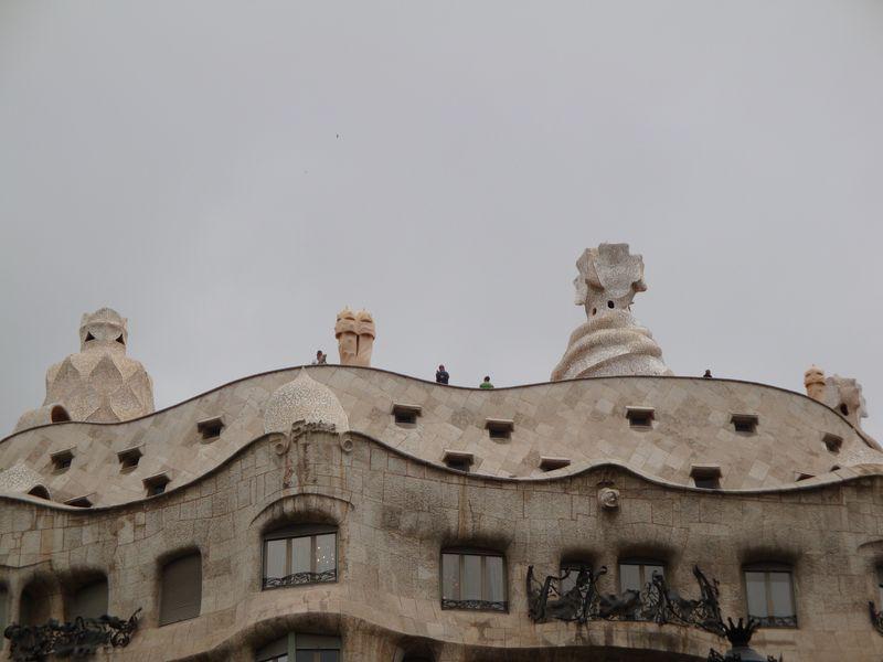 066. Дымоходы дома Мила - в форме шлемов