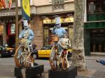 071. Живые статуи - Бульвар Рамбла, Барселона. По бульвару ходит очень много людей!