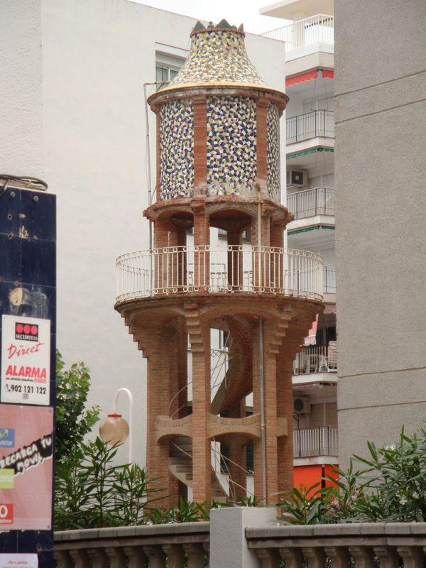 085. Башенка с винтовой лестницей - Рядом с современной архитектурой, Salou
