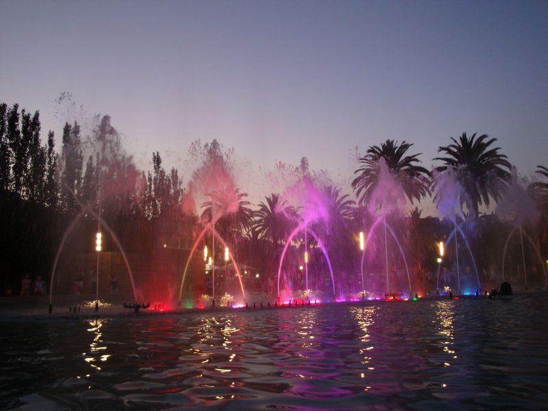 """107. Поющие фонтаны - Представление фонтанов, которое проводилось в городке, было очень красивым и интересным. Некоторые, побывавшие в Барселоне на ночном представлении """"Поющих фонтанов"""" утверждали, что шоу в Салоу было даже более ярким! Salou"""
